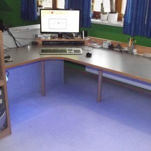 Schreibtisch mit Unterbeleuchtung