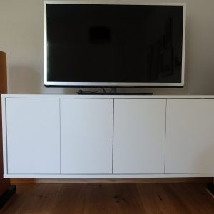 TV-Schrank mit 2-flügeligen Klapptüren